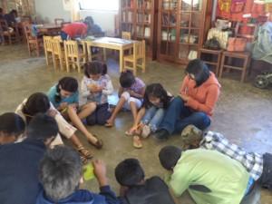 Niños trabajando el tema de liderazgo