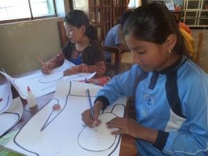Niñas de la biblioteca Kiskaluru trabajando el tema de autoestima